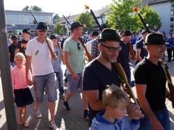072_07-30-2017-ausholen_neues_königspaar_und_parade