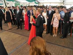 098_07-30-2017-ausholen_neues_königspaar_und_parade